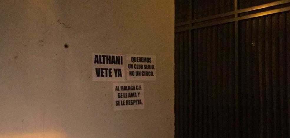 """El jeque del Málaga pide """"respeto"""" tras los carteles críticos de La Rosaleda"""