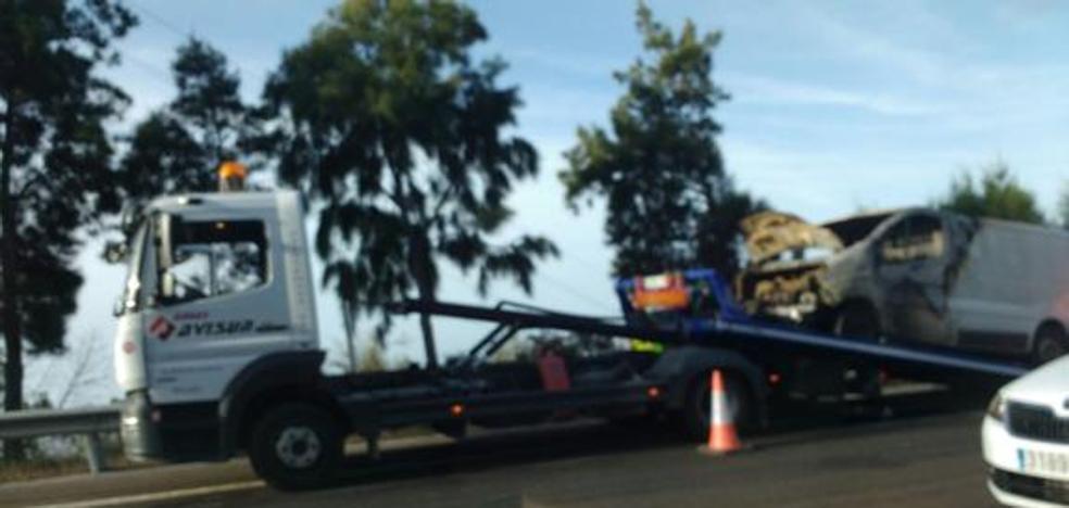 Una furgoneta ardiendo provoca dos kilómetros de retenciones en Benalmádena