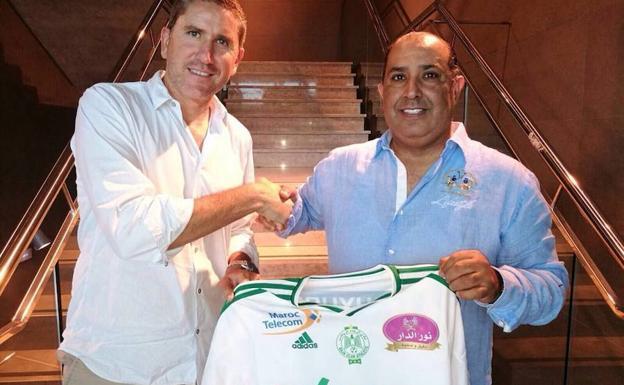 Garrido posa con la camiseta del Raja.
