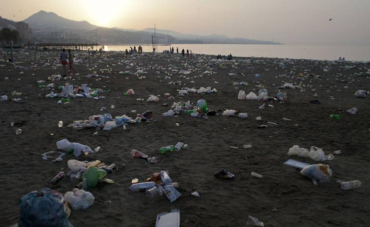 Así amanecen las playas de Málaga después de la celebración de San Juan