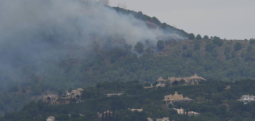 Cinco helicópteros y un avión de carga combaten el fuego en Benahavís
