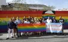 Un mural con una bandera arcoíris en el centro de Málaga para conmemorar el Día del Orgullo