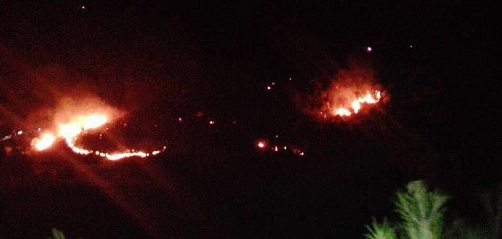 Un incendio en una zona rural de Torrox obliga a desalojar a diez personas de seis cortijos