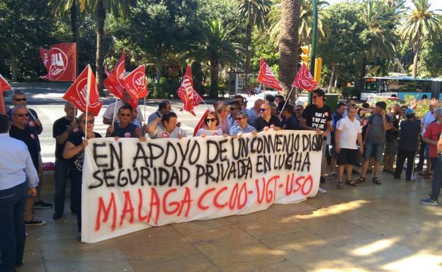 Protesta a las puertas del Ayuntamiento de Málaga.