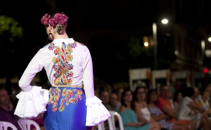 Moda flamenca junto al Teatro Romano de Málaga