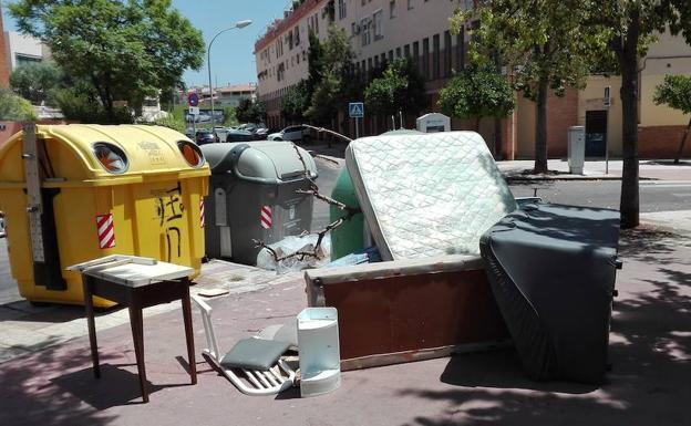 Limasa localiza 136 puntos negros en m laga en los que se acumulan muebles en la calle diario sur - Muebles en malaga capital ...