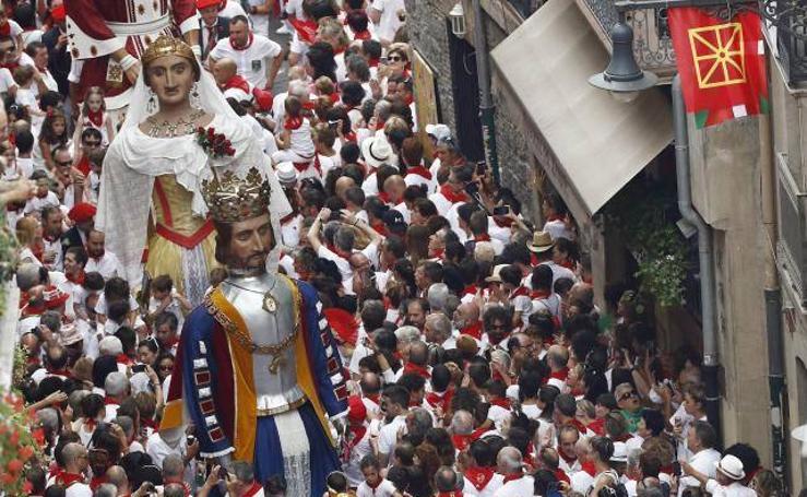 Cientos de personas acompañan la imagen del santo por Pamplona