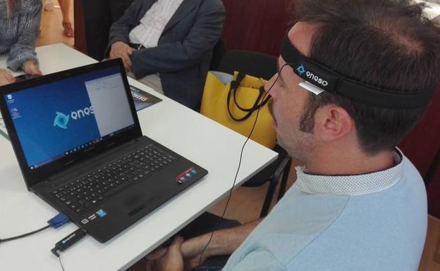 Un responsable de Eneso hace una demostración con su ratón para personas con discapacidad. / Moreno