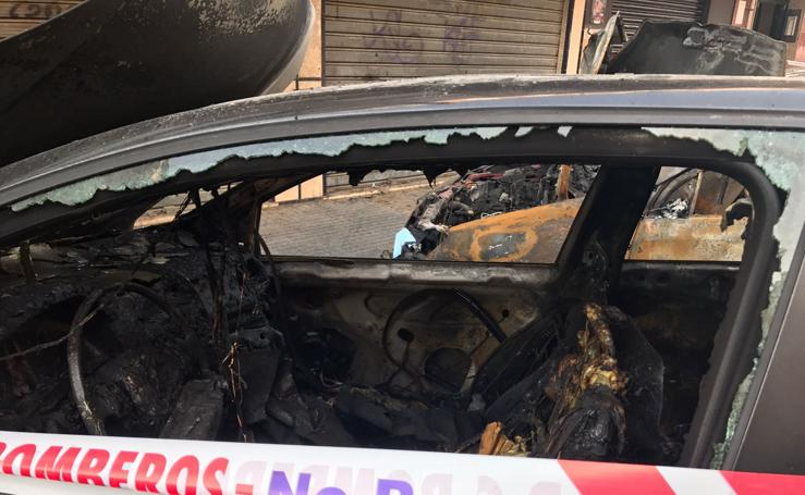 Un aparatoso incendio en San Andrés incendia cuatro vehículos, locales y varias viviendas