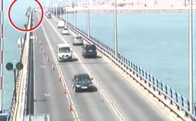 Un camión grúa cae al agua tras colisionar con otro coche en un puente gaditano