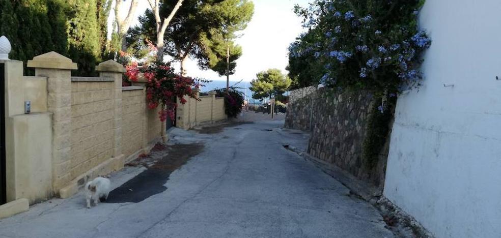 Una urbanización de Benajarafe protesta por recibir facturas de agua de 10.000 euros al mes