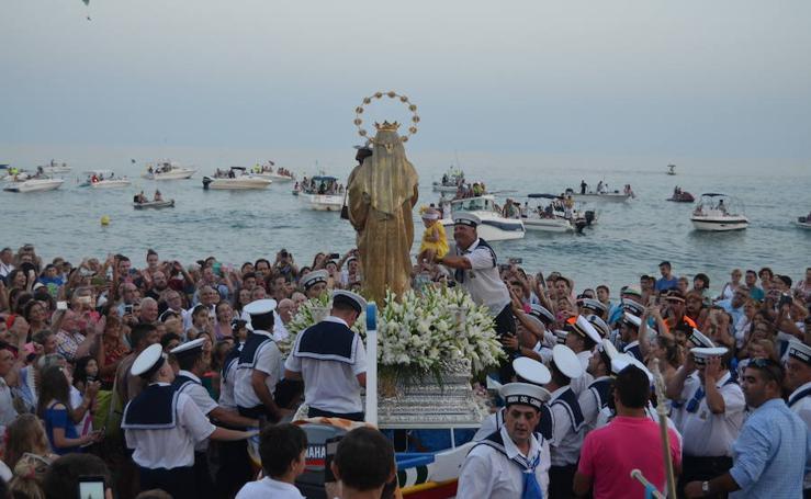 La Virgen del Carmen bendice las aguas de la costa oriental de Málaga