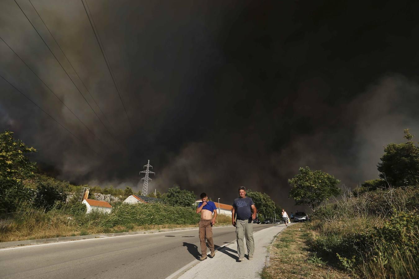 Croacia lucha contra un incendio forestal en Mravinc, cerca de Split