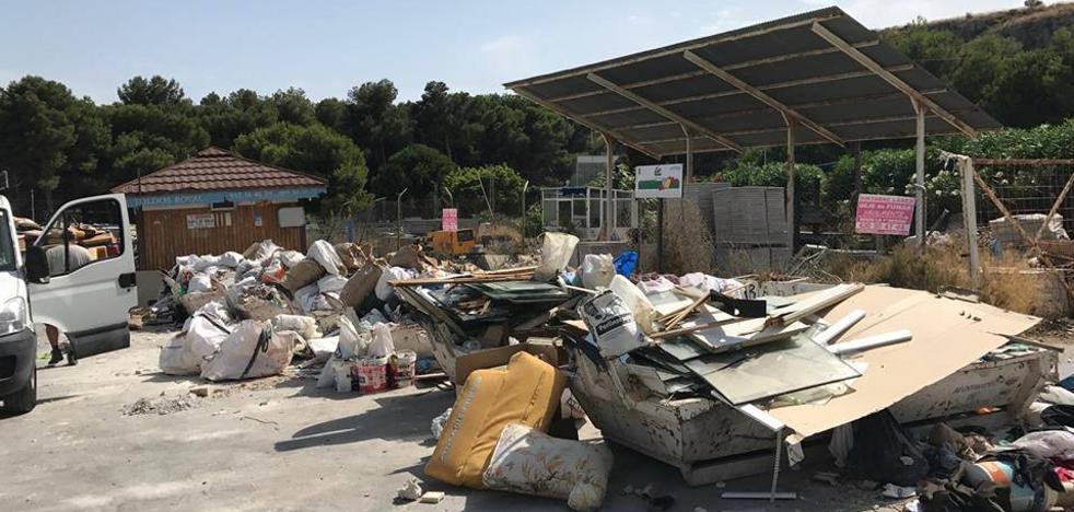 Los escombros convierten el punto limpio provisional de Torremolinos en un vertedero
