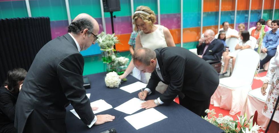 Las bodas ante notario se multiplican por ocho y los divorcios se duplican