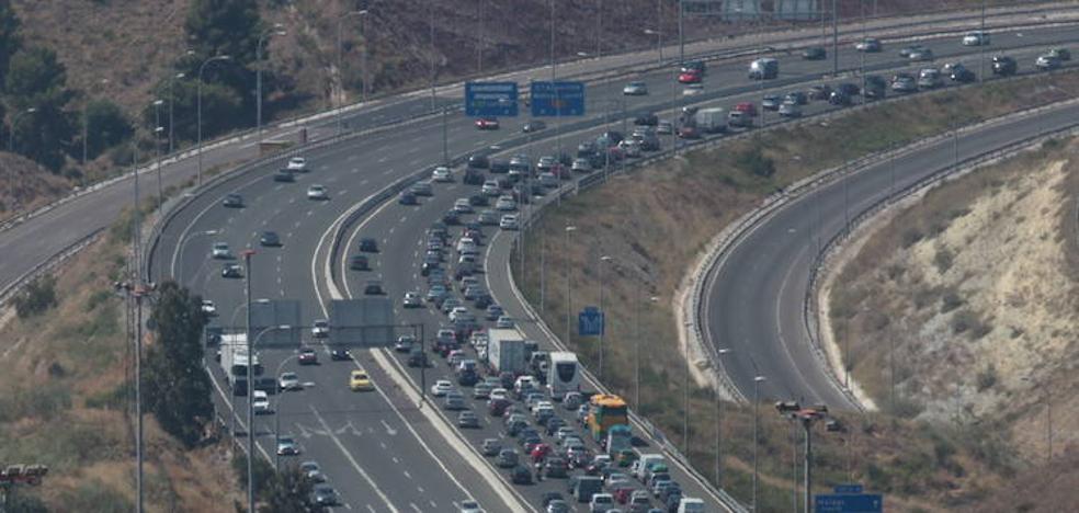 Tráfico descarta medidas para paliar las grandes caravanas de vuelta de las playas de Málaga