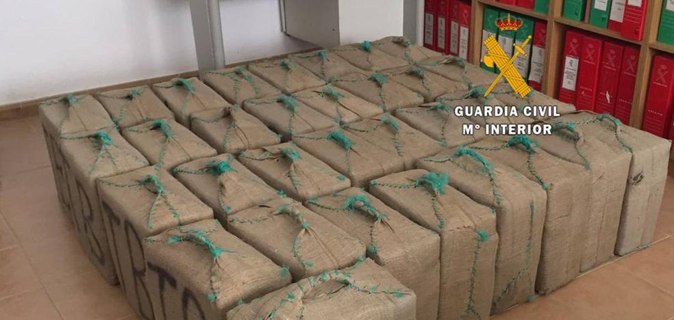 Hallan una treintena de fardos con 1000 kilos de hachís en una furgoneta en Manilva