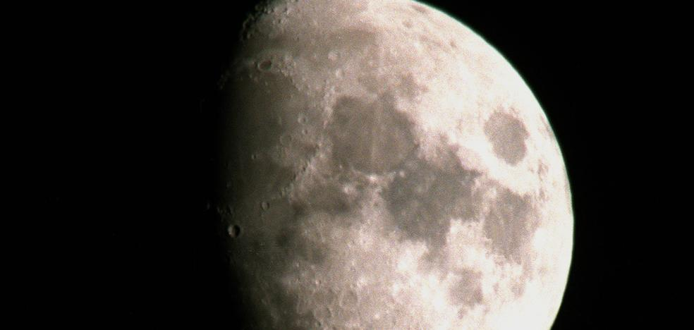 Científicos hallan otra evidencia de agua en el interior de la Luna