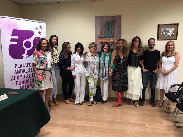 La consejera de Igualdad, María José Sánchez Rubio, y algunos de los participantes en la campaña. :: sur