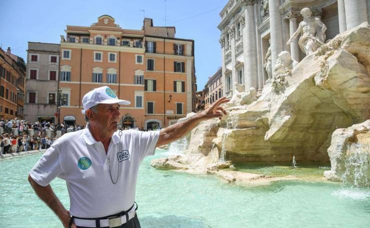 Vigilantes voluntarios en la Fontana De Trevi de Roma