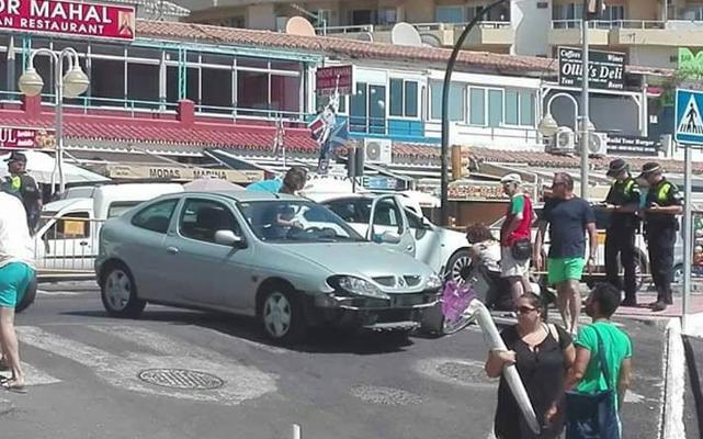 La concejala de Personal de Benalmádena arrolla a un motorista tras un giro indebido