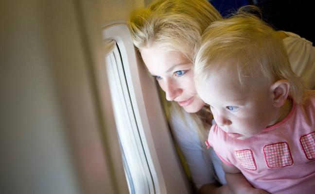 Todo lo que debes saber si viajas con un bebé en avión