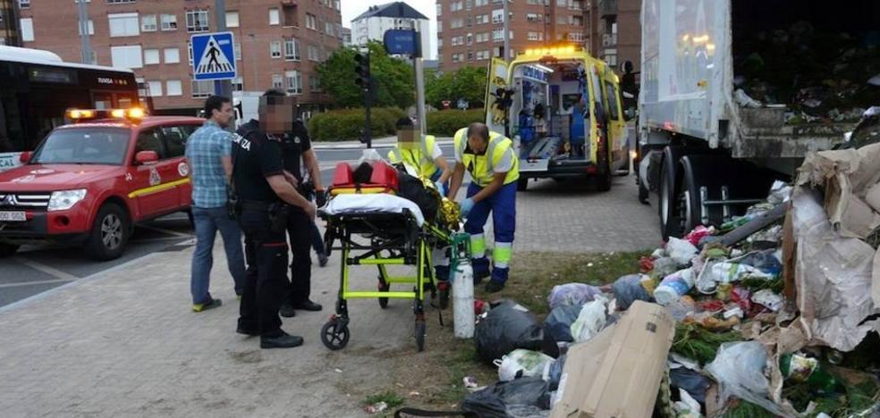 Rescatan a un hombre del interior de un camión de recogida de basuras en Vitoria