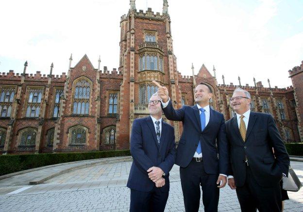El primer ministro de Irlanda, Leo Varadkar (en el centro), habló ayer en la Universidad de Queens. :: afp