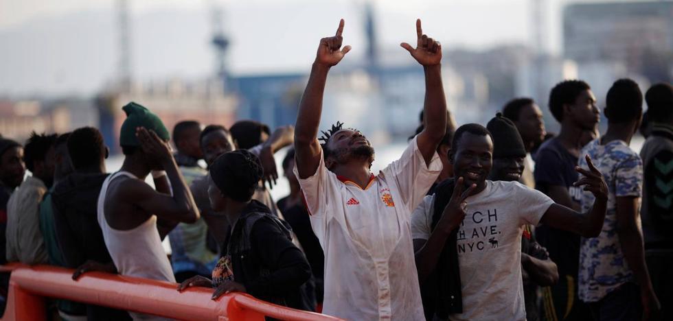 Rescatan a 53 personas a bordo de una patera a 14 millas al sur de Benajarafe