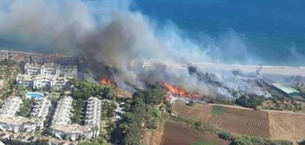 Los vecinos regresan a sus casas tras el desalojo por el incendio en la zona del Velerín de Estepona