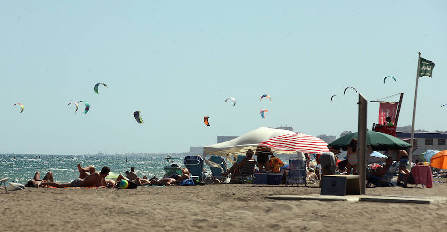El kite surf llena la playa de Guadalmar
