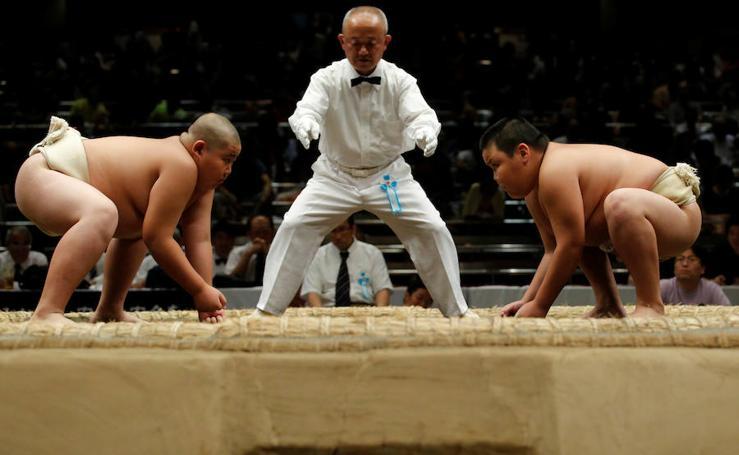 Luchadores de la Escuela Elemental de Sumo en Tokio