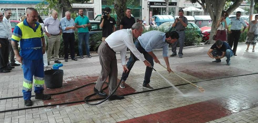 Una foto del alcalde de Málaga baldeando, foco de las críticas de la oposición
