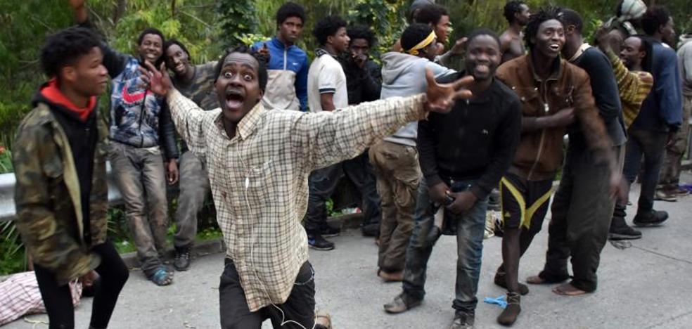 Unos 250 inmigrantes intentan asaltar la valla de Ceuta sin éxito