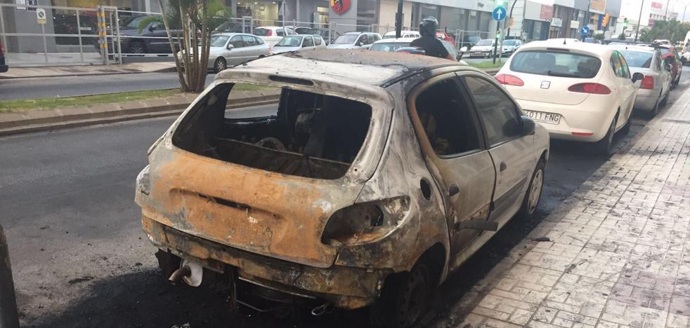 Un incendio en un contenedor afecta a dos vehículos y varias persianas en Málaga capital