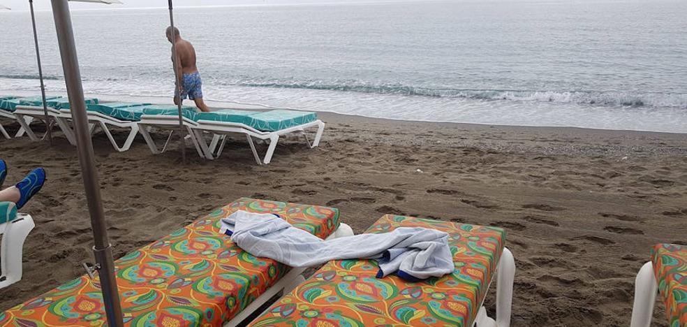 Polémica por la ocupación abusiva de hamacas en las playas de Torremolinos