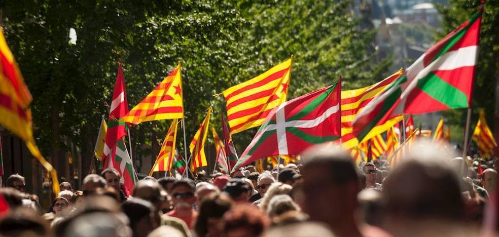 Miles de personas claman por la independencia de Cataluña en San Sebastián