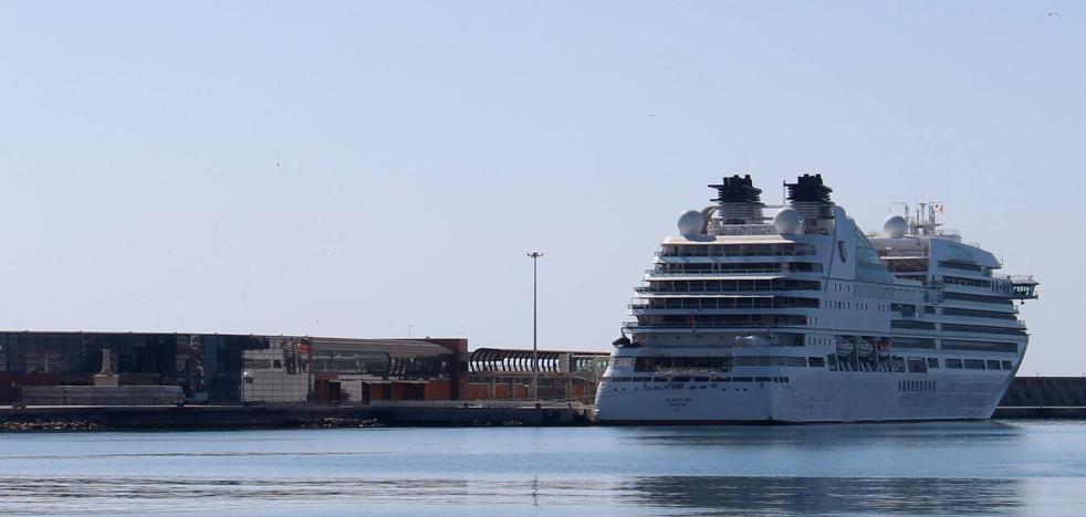 El exclusivo crucero 'Seabourn Encore', por primera vez en el puerto de Málaga