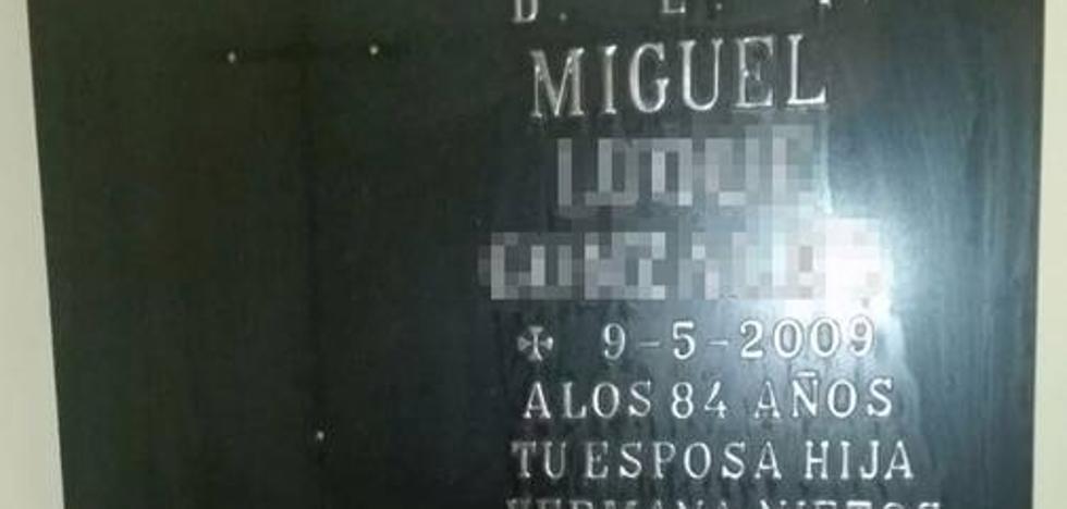 «Nunca creí que la lápida de mi padre iba a aparecer junto a un contenedor»