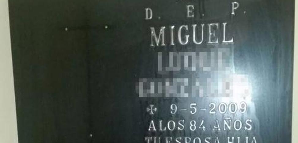 Se busca al dueño de esta lápida tirada a la basura en Málaga