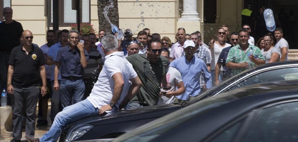 Gritos de taxistas contra Cabify y abucheos al alcalde de Málaga