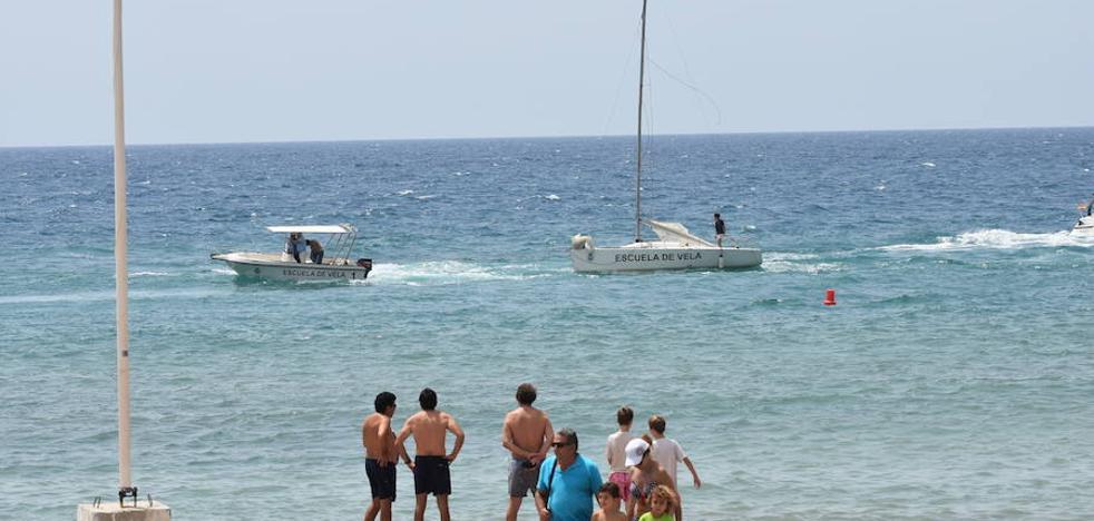 Un velero encalla contra las rocas en una playa del centro de Marbella