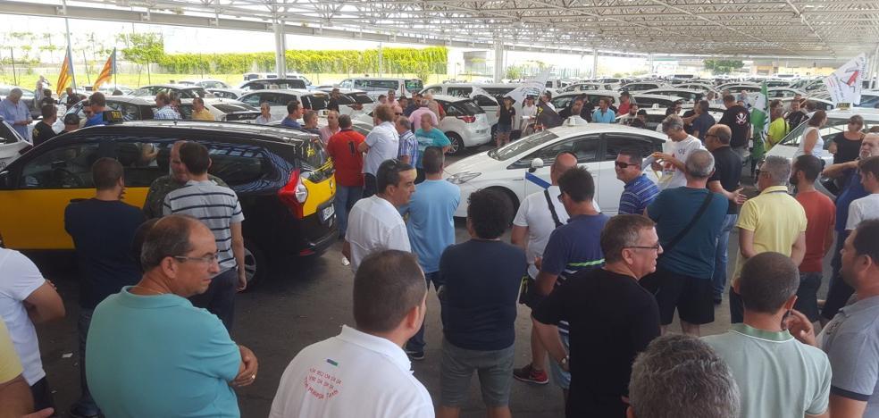 La huelga de taxis se endurece en toda la Costa