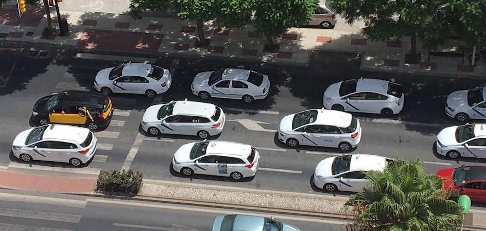 Así ha sido la protesta de taxis que ha recorrido Málaga capital