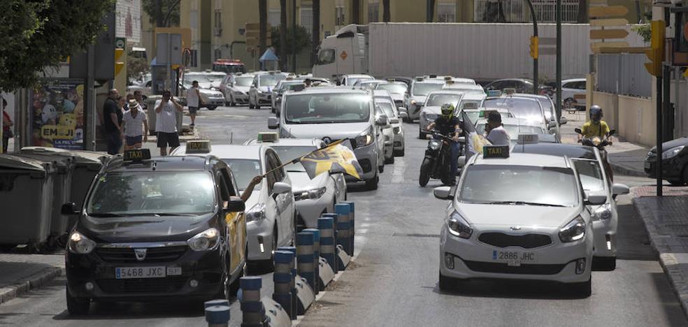 Los taxistas intentan colapsar la ciudad como medida de presión durante la huelga indefinida