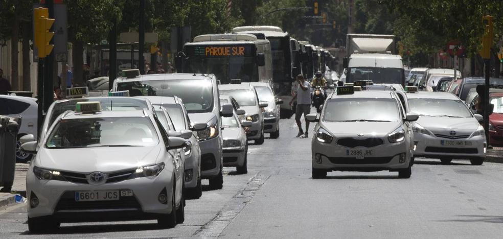 La huelga del taxi en Málaga se radicaliza con protestas en la ciudad y en el aeropuerto