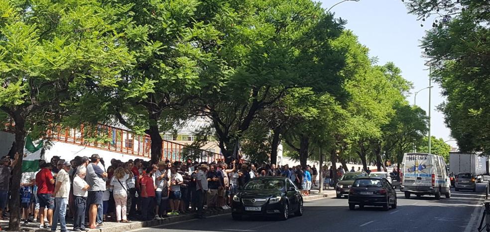 Los taxistas de Málaga protestan ante la Junta por el «intrusismo» de plataformas como Cabify