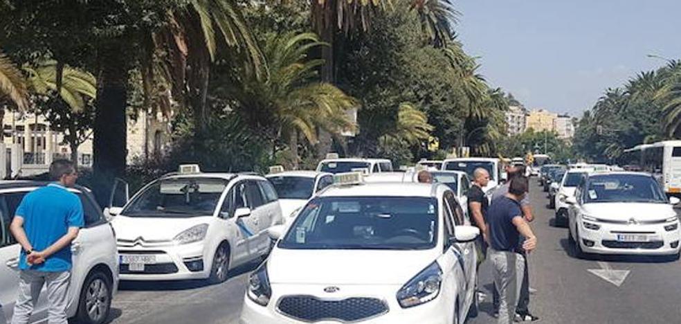 «El paro del taxi se habría solucionado antes si en la Junta hubiesen interrumpido sus vacaciones»