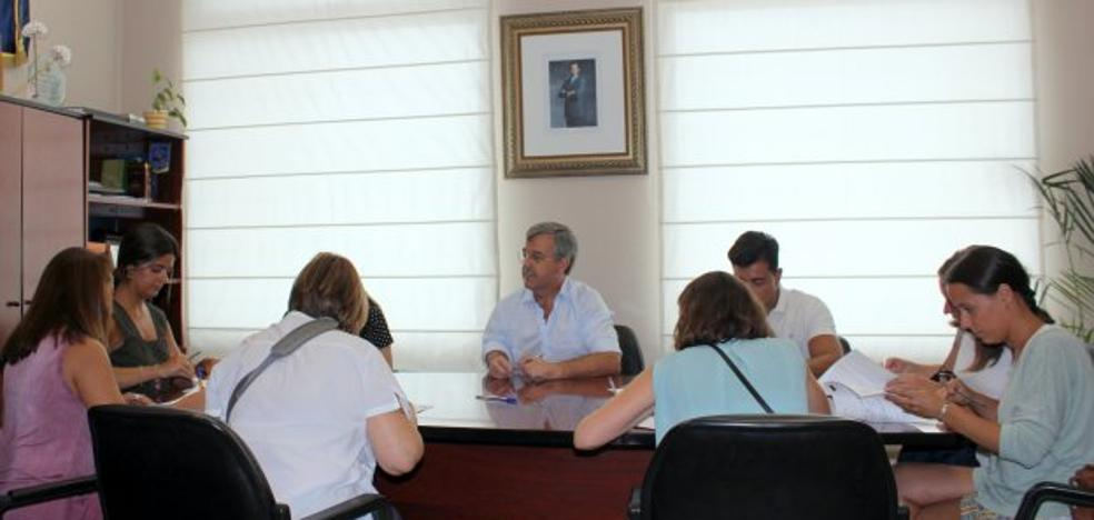 Estepona firma los ocho primeros contratos del IV Plan de Empleo Municipal