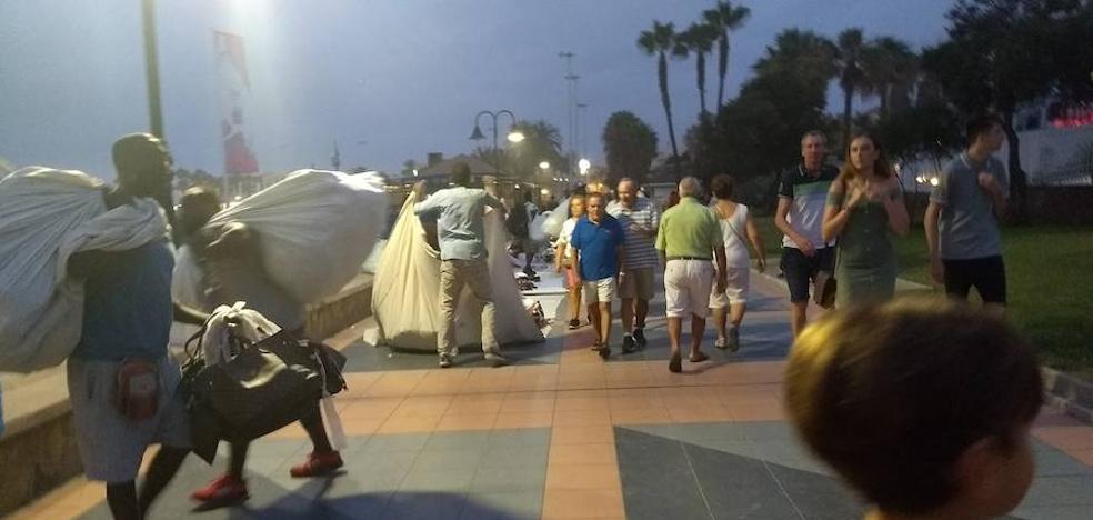 El aumento de la venta ambulante ilegal dispara las quejas de los comerciantes en la Costa del Sol
